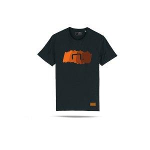 bolzplatzkind-free-t-shirt-schwarz-orange-bpksttu755-lifestyle_front.png