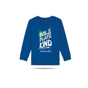 bolzplatzkind-graffiti-sweatshirt-kids-blau-bpkstsk916-lifestyle_front.png
