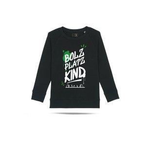 bolzplatzkind-graffiti-sweatshirt-kids-schwarz-bpkstsk916-lifestyle_front.png